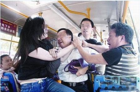 想起刘欢老师的《好汉歌》了:公交向东走哇,车上的良莠人都有哇,说骂