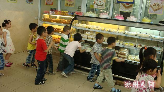 本次活动,得到了乐天马特超市的大力支持,乐天马特超市给我们配了专业的讲解员。进入超市,孩子们在老师和超市讲解员的带领下,先观察超市工作人员的工作,如收银员、理货员、解说员等不同的工作任务,参观各个不同的区域,了解超市物品的种类、摆放规律、商品的价格标签等常识,了解买东西的注意事项如要看好食品的生产日期和保质期,过期的食品不能食用等。这次参观活动使幼儿对超市有了更生动、形象的认识,对超市人员的工作也有了更好的理解,这样的教育效果在幼儿园的小课堂里是难以实现的,只有走进了超市这一社会大课堂才会有更深的体验。