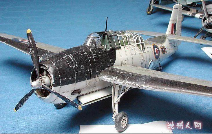 第十八张:德国的子母遥控飞机,上面是架有人驾驶的Fw190,下面是无人驾驶的Do17,内装大量炸药,飞到目标后解开连接,由上面的有人驾驶飞机控制飞向目标。      第十九张:德国的Me262,二战中第一种投入适用的喷气式战斗机,模型做的是Me 262B-1a/U1型夜间战斗型,都说贫了,十分少见的类型。      第二十张:德国的Me163彗星火箭动力截击机      第二十一张:Fw190A7,看来伯劳鸟的人气确实很高      第二十二张:不是二战的了,C130大力士运输机,似乎是印度涂装