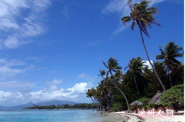 马尔代夫 马尔代夫位于印度洋中的马尔代夫群岛总面积298平方公里,人口35.9万,均为马尔代夫族,伊斯兰教为国教。首都马累(Male),人口10.4万(2006年统计数字)是全国政治、商业中心。由19组环礁、1190个小岛组成,其中200个岛屿有人居住,地势低平,平均海拔1.2米。年降水量2000毫米以上。属热带气候,终年炎热,年平均气温25~30摄氏度,平均气温最高的是4月,最低的是12月。5~11月是西南季风,12月~4月是东北季风。所以马尔代夫的淡季是4月份到9月底,这是马尔代夫的雨季,选择这几个月