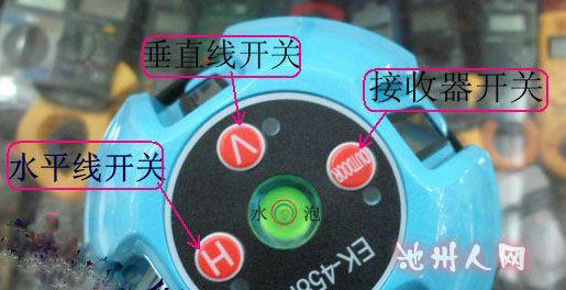 """正交精度:9060""""B.垂直精度:1mm/5m下对点精度:1mm/1.4m C.自动安平范围:约2.5(电子传感器产品:约4) D.工作距离:室内工作距离半径约10m。采用探测器,工作半径不小于50m。E.连续工作时间:约8小时 3、使用方法:(1).将仪器安置在脚架上,或者一个稳固的平面上,大致整平仪器。仪器倾斜度过大,超出安平范围,激光管将自动关闭(活出现声音报警) (2)."""