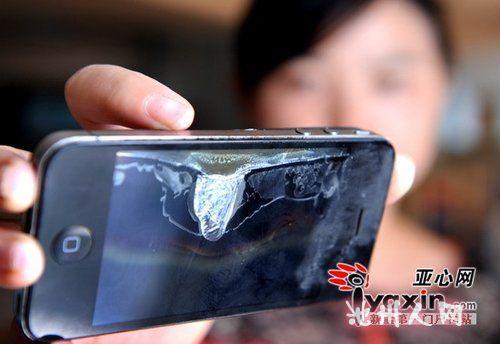 一位市民使用的苹果手机在充电时发生