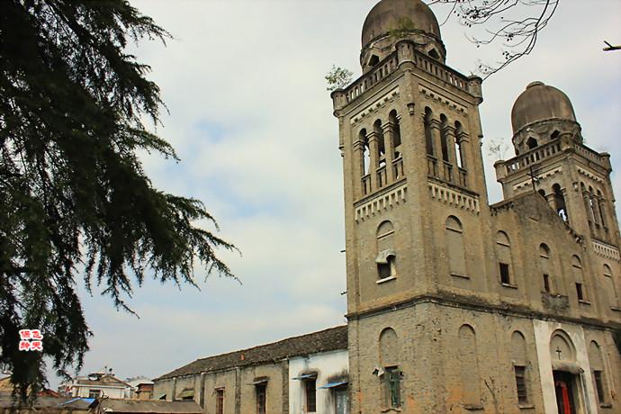 教堂的塔楼还矗立着,教堂
