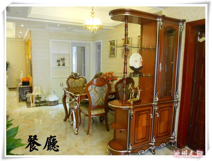 欧式马士革花纹壁纸,客厅电视背景墙采用大理石包边