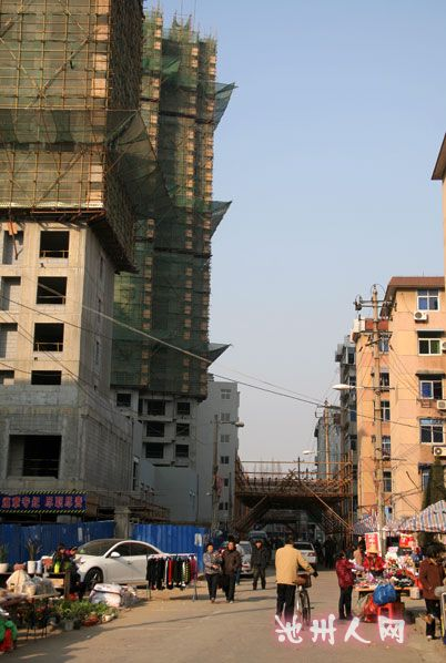 沿街建筑工地到底该不该在相关路段搭建安全通道 组