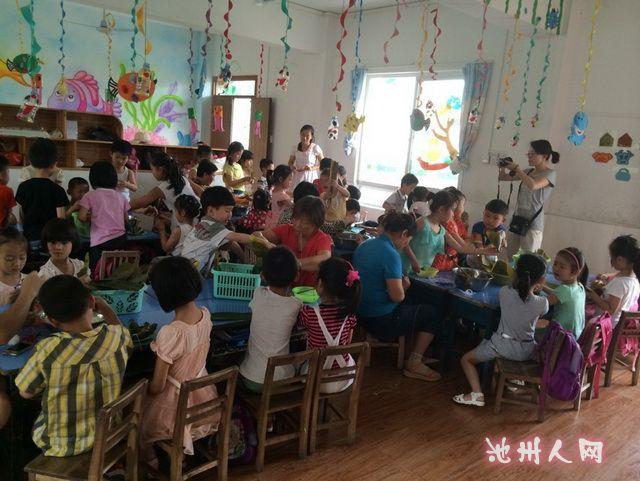 城北花园幼儿园大班组开展包粽子活动图片