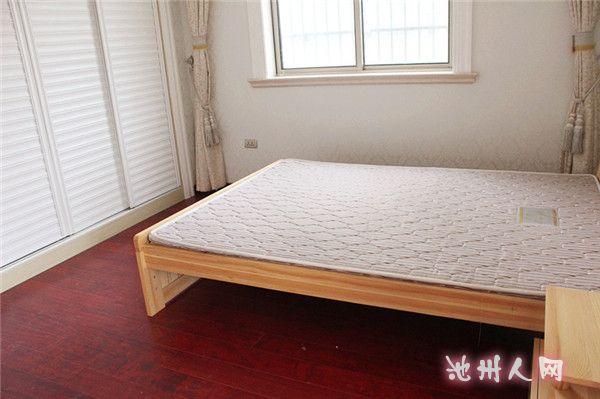 卫生间跟客厅之间用雕花板做的隔断