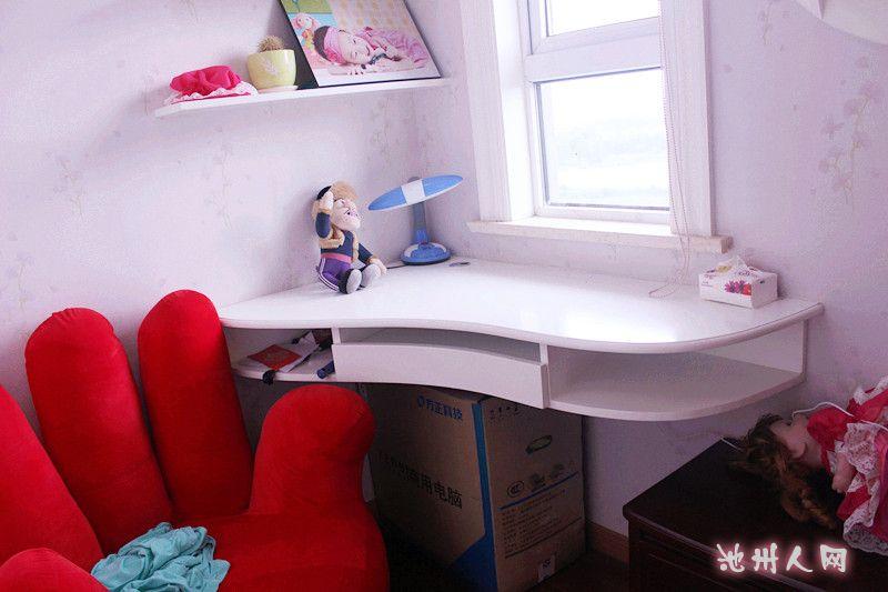 小床的边上隔出了个小书房