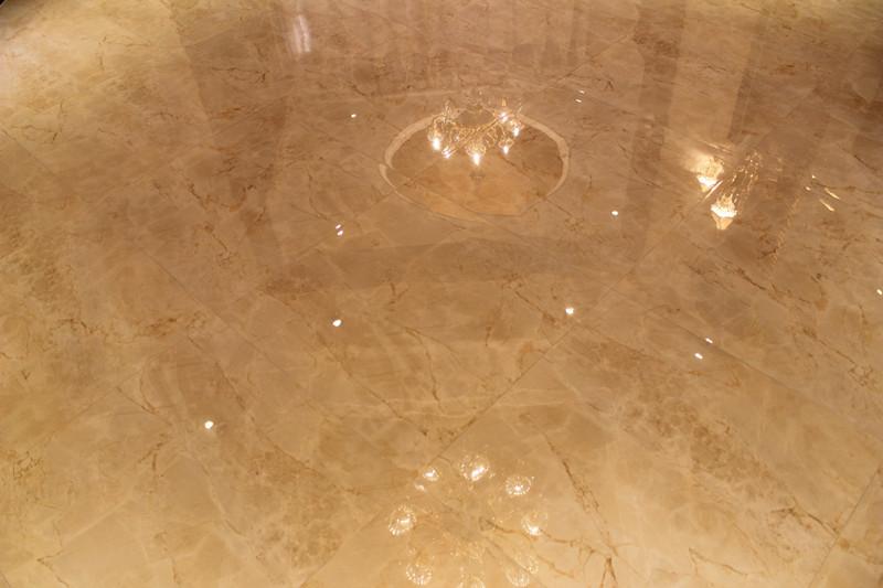 地砖是用的微晶石材质,按菱形铺贴的.