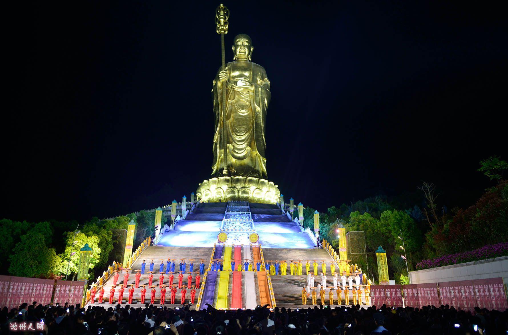 整场演出分为《缘起》、《遇见》、《解脱》、《重逢》、《祈愿》和《再来》六个时间段展示,寓意着佛教的六时吉祥,是一场没有声光秀的实景呈现,一段祈愿与观看,地藏文化与行为艺术完美结合的人文阐释。赋内容于艺术表现之中,基调平和,如诗如画,在梵音梵乐中,在檀香袅绕中,让现场的观众得到心灵的净化,达到闻所未闻、见所未见的视觉效果及心灵震撼。