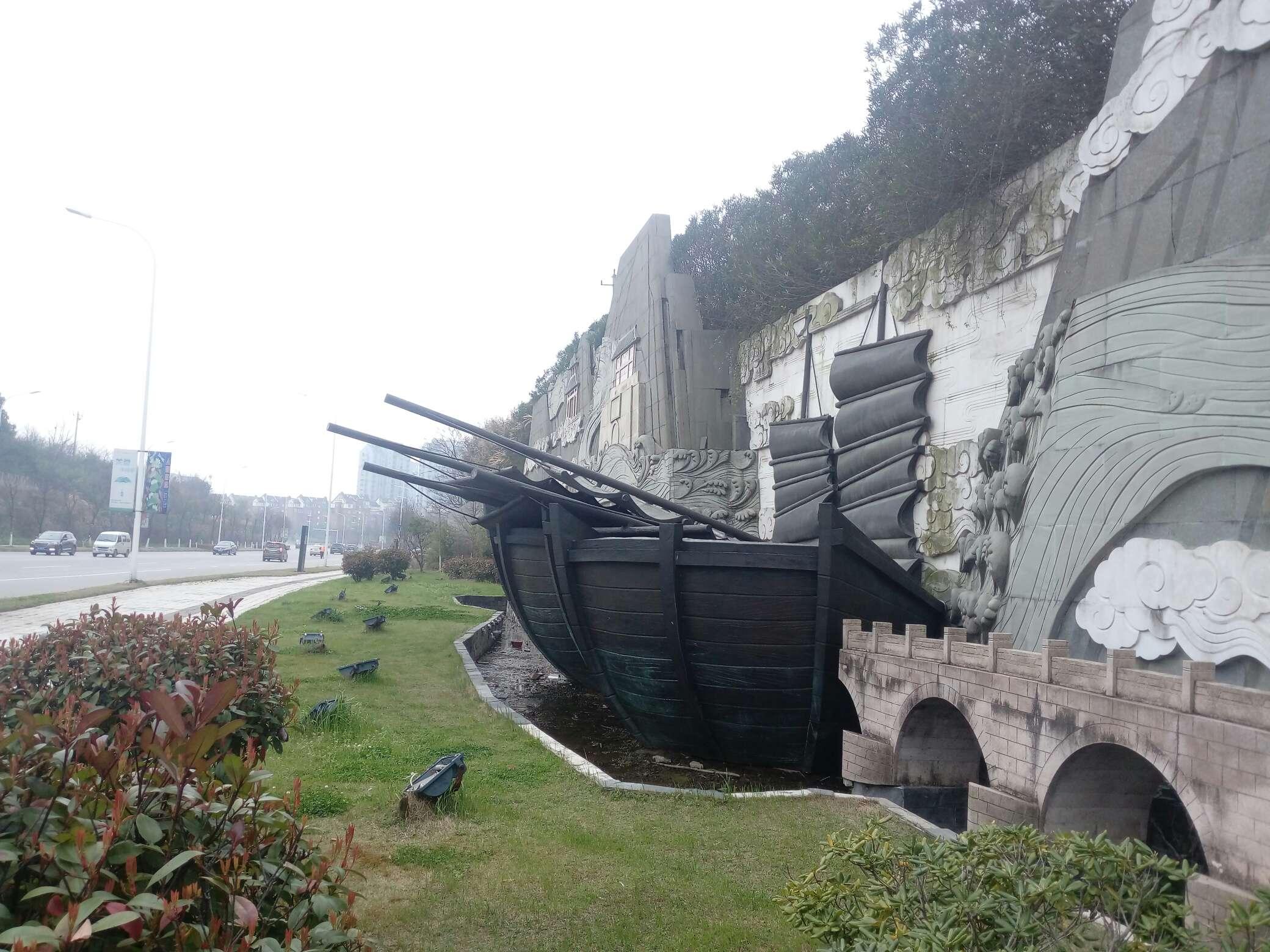 平天湖风景区森林大道,船帆倒了,有安全隐患!