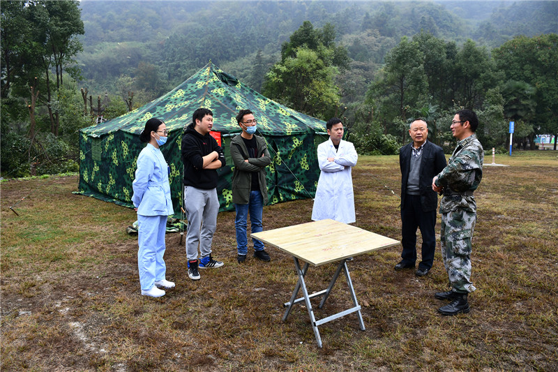 分队与医院共同开设野营救援.jpg